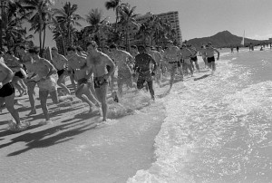 """Jogging on Waikiki Beach"" (Bild: Lono Kollars für die U.S. Air Force)"