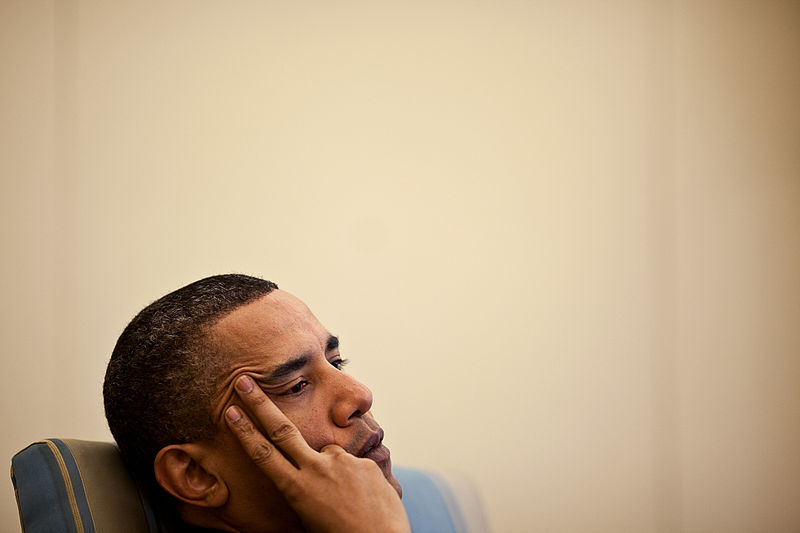 Barack Obama listening intently during a meeting in the Oval Office with his senior advisors (Foto: White House, Pete Souza, 2010)