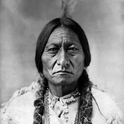 """""""Sitting Bull"""", ein bekannter """"Indianer"""" (Ureinwohner Amerikas), der jahrelang Widerstand gegen die US-amerikanische Regierungspolitik leistete (Foto: David Frances Barry,1854-1934). Das Zitat stammt allerdings nicht von ihm."""