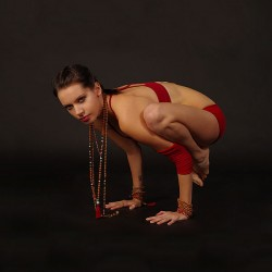 Bakasana by Nina Mel, Yoga Teacher (Foto: Wikipedia-User Kennguru)