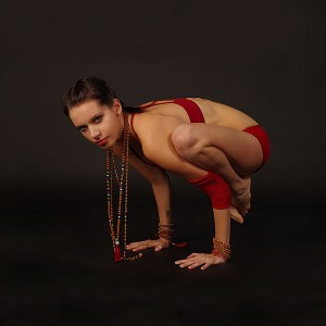 Bakasana by Nina Mel, Yoga Teacher (Foto: Wikipedia-User Kennguru)
