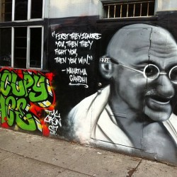 A Graffiti piece of Gandhi in San Francisco (Foto: Wikipedia-User Victorgrigas, Lizenz CC BY-SA 3.0)