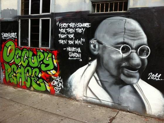 A Graffiti piece of Gandhi in San Francisco (Foto: Wikipedia-User Victorgrigas, Lizenz CC BY-SA 3.0)
