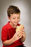 Kind mit Burger (Bild: Pixabay)