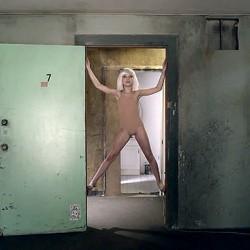 """Maddie Ziegler im Musikvideo zu Sia's """"Chandelier"""""""