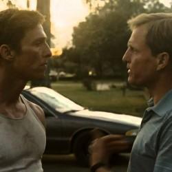 """Szene aus der Serie """"True Detective"""" mit den beiden Hauptdarstellern"""